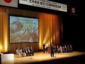 11月21日表彰式・市民普請大賞グランプリ受賞スピーチを行う渡辺専務理事