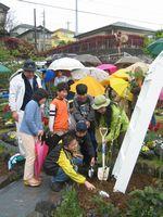 開園10周年記念式典(2006年4月16日) つるバラの記念植樹のようす