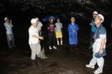 富士の洞窟で研修を受ける研修生