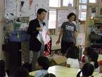 被災地の子ども達が描いた絵をモチーフにした「チャリティーTシャツ」を宮城県石巻市立保育所児童にプレゼント